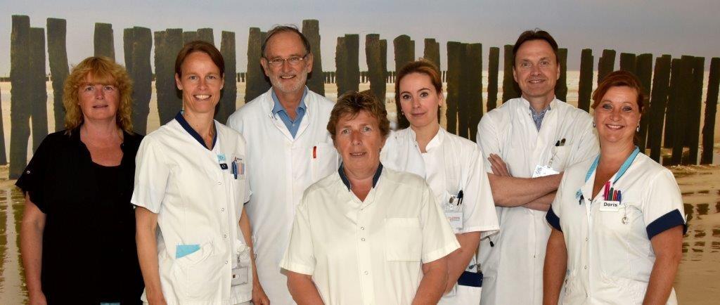 Groepsfoto Dagbandeling Oncologie met uiterst links Carine Jongepier - fotografie Peter Wijkhuis